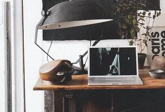 Un petit bureau industriel en noir et blanc paper