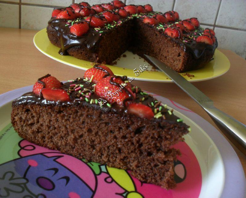 Gateau Au Yaourt Au Chocolat Decore Avec Des Fraises De Salima