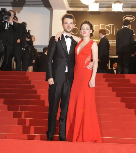 Robert Pattinson et Kristen Stewart officialisent sur le tapis rouge. cannes 2012 cosmopolis