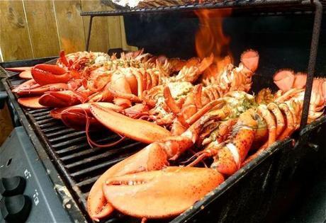 homard au beurre d'ail grillé au barbecue, flambé au whisky