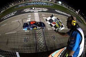 NASCAR Nationwide Ricky Stenhouse checkered flag 300x200 Nascar SCS: Quicken 400, présentation de la course