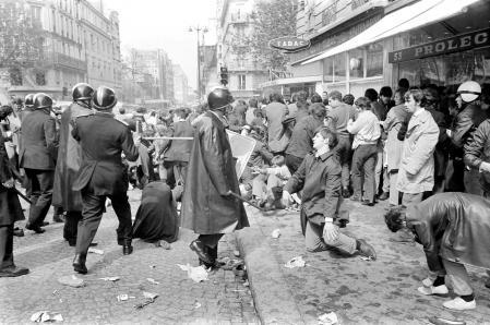 Des policiers, membres des CRS, manient la matraque rue Saint-Jacques à Paris lors des heurts entre les manifestants et les forces de l'ordre qui bouclaient le Quartier latin le 6 mai 1968, pendant les événements de Mai 68. Les manifestations, qui étaient interdites, ont pris un tour très violent durant l'après-midi pour se terminer, le soir, dans un climat d'émeute.