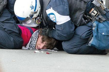Arrestation d'un manifestant rue Notre-Dame angle des Seigneurs, près de l'endroit où se déroulait hier soir le bal du Grand Prix de F1 du Canada.