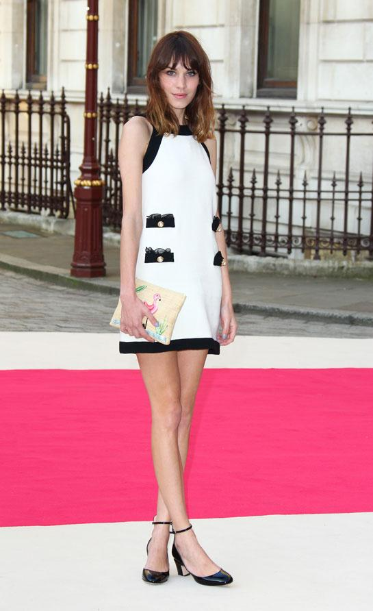 Alexa Chung en Moschino automne-hiver 2012-2013 au Royal Academy Summer Exhibition à Londres