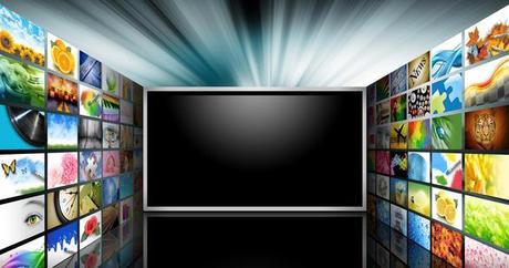 écran de tv entouré de contenu digital