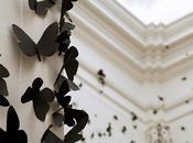 Carlos Morales crée nuages tourbillonnants papillons noirs Installation