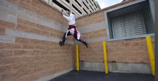 Un Parkour impressionnant habillé en Assassin's Creed