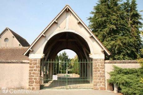 La ville de Brou scie la croix du cimetière
