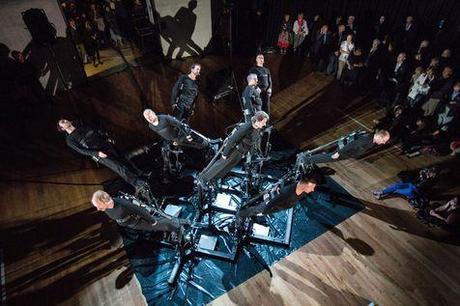 «Pendulum Choir», performance du duo suisse Code.act, lors de la cérémonie d'ouverture.