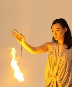 La vestale et le feu (Mircea Cantor)