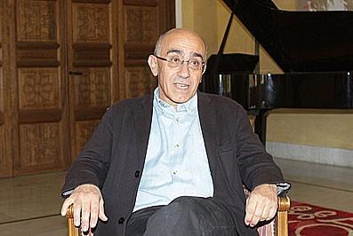 «Beyrouth et moi, c'est une vieille histoire», affirme Albert Dichy confortablement installé dans l'un des salons de la Résidence des Pins. (Photo Nasser Traboulsi).