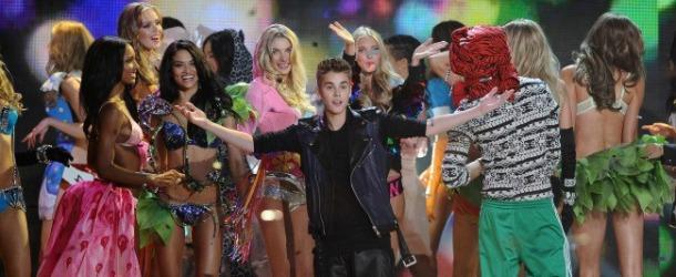 Justin Bieber chante avec les Anges de Victoria's Secret !