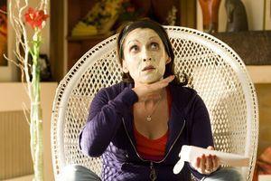 Chantal-lauby-creme-de-soin-sur-le-visage