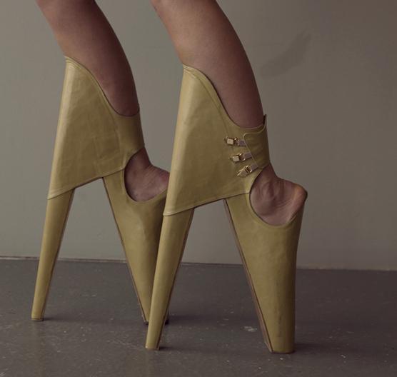 78cbf21de03 Scary Beautiful   Des chaussures aux talons vertigineux et avec le talon  devant!