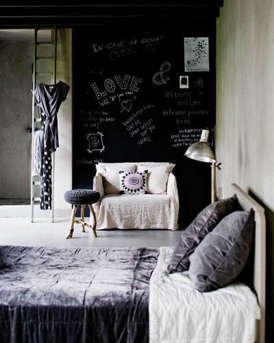 Osez une déco en couleurs : chambre mur noir