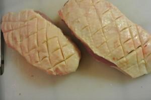 Magrets de canards mangues et pêches au miel, formez des croisillons sur la peau