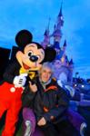Louis Bertignac à Disneyland Paris avec Mickey devant le Chateau