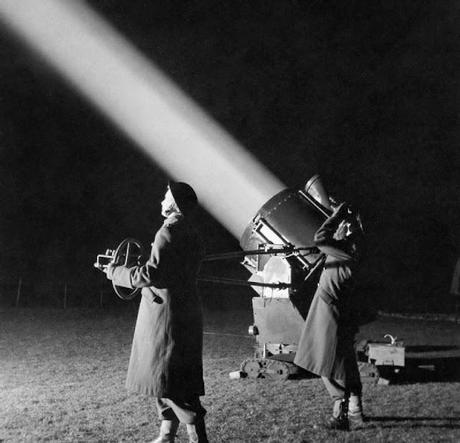 ATS-officers-in-training-operate-a-searchlight-1944