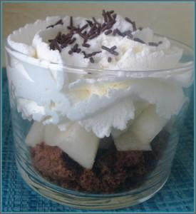 Verrines de chantilly au mascarpone, cookies au chocolat et poires