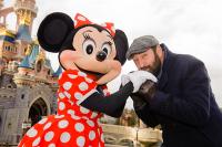 Kad Merad et Minnie qui s'embrassent à Disneyland Paris