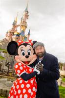 Kad Merad et Minnie à Disneyland Paris