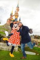 Kad Merad et Minnie qui dansent à Disneyland Paris