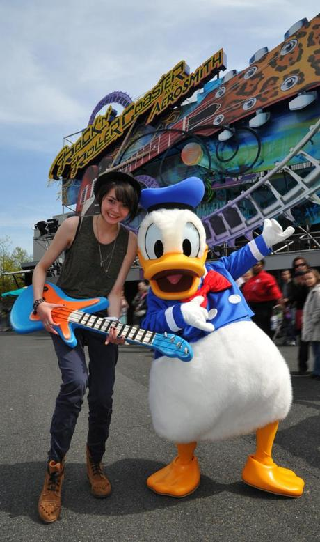 PHOTO Sophie-Tith (Nouvelle Star) en mode Donald à Disneyland Paris