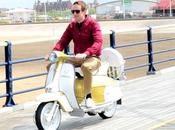 Bradley Wiggins guidon d'un…scooter!