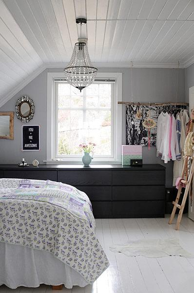 bedroom with grey wall and white ceiling and white floor
