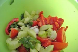 Gaspacho, coupez les légumes en morceaux