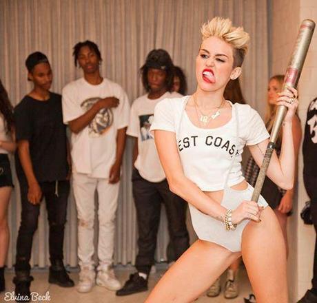 Miley Cyrus tire la langue avec une batte de baseball