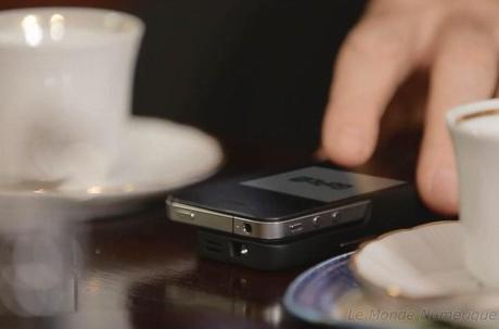 Un picoprojecteur étui pour iPhone pour voir plus grand