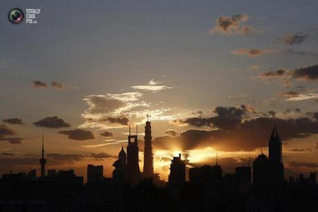 Photo : The sunrise rises over the skyline of Lujiazui financial district of Pudong in Shanghai. ALY SONG/REUTERS