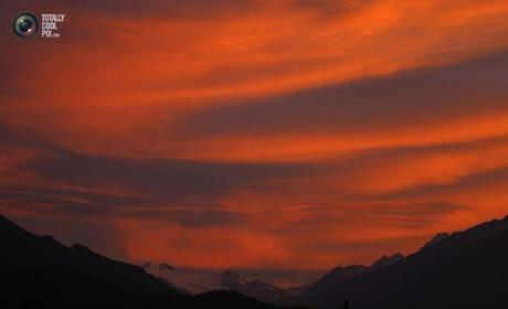 Photo : The snow covered Stubaier Glacier mountains are seen during sunset in Innsbruck. DOMINIC EBENBICHLER/REUTERS