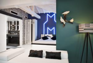Un code-barre et un symbole pied de poule omniprésent sur les murs et le mobilier