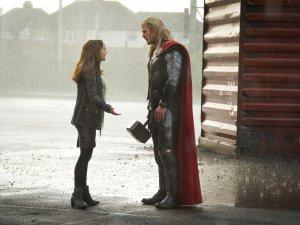 Thor-Le-Monde-des-tenebres-Photo-Chris-Hemsworth-Natalie-Portman-02