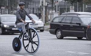 Un grand-bi, vélocipède électrique construit d'après un modèle du XIXème siècle