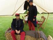 [Fouilloy]Des soldats bivouaquent avec costumes matériels militaires dans parc.