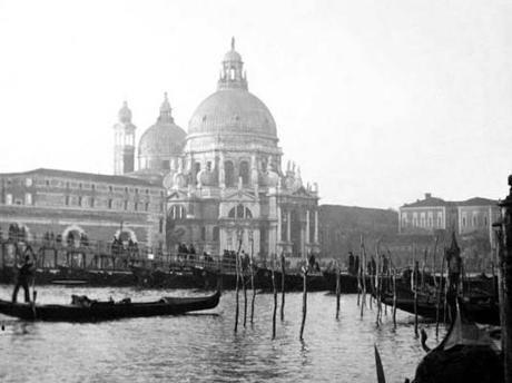 Le Pont Votif sur barques, vers 1900. Photo de la Collection de Franco Donadoni