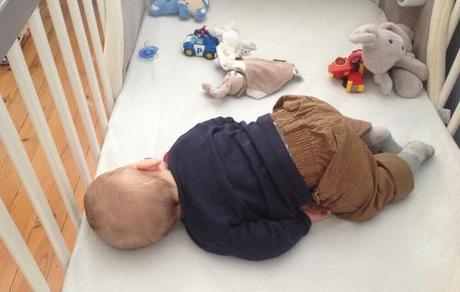 bebe-dort-sur-le-ventre