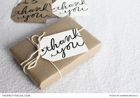 25 idées d'emballage cadeau par CocoFlower - tag avec écriture géante