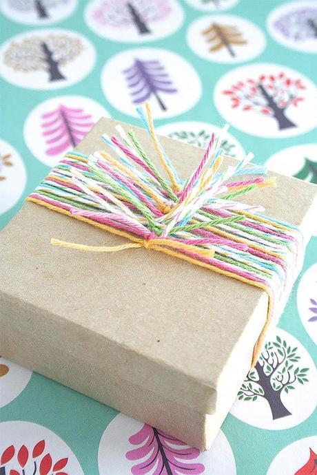 emballage paquet cadeau de Noël - laine et papier kraft