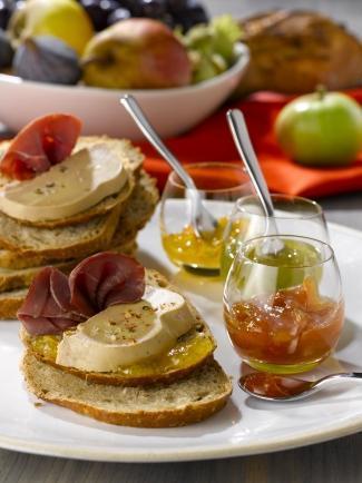 Tartine de Foie Gras, pétales de magret et sa farandole de compotées et chutneys