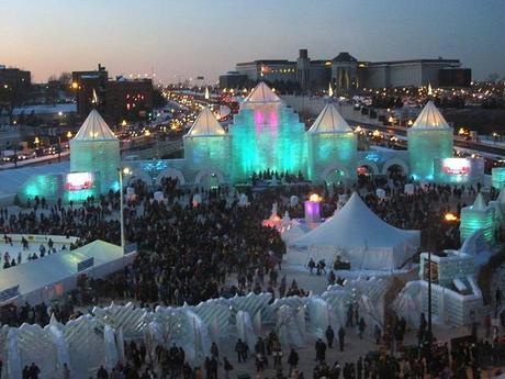 800px-2004_Winter_Carnival_Ice_Castle_(night)
