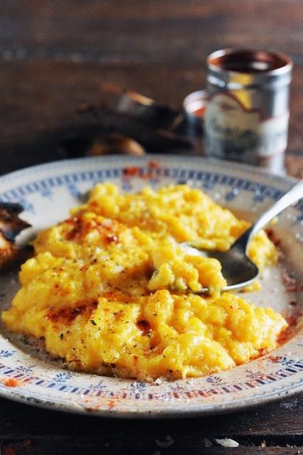 Et si le plus agréable des plaisirs de nos tables de fêtes c'était simplement quelques œufs ? Œufs brouillés juste parfumés au pimenton !