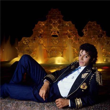 1984-Lynn-Goldsmith_michael-jackson-sitting-in-front-of-fountain