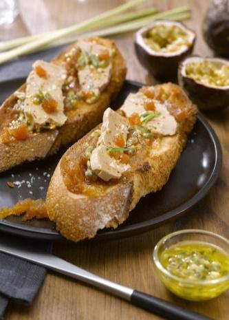 Toast croustillant de foie gras sur pâte de coing et fruits exotiques