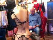 Miserable souffrance hommes pendant shopping leur femme