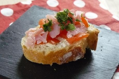 Toast apéritif au fromage frais, bacon et tomate
