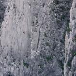 Il escalade une falaise sans la moindre assurance!
